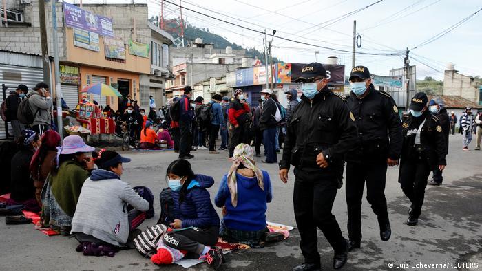 Foto de personas que protestan en Guatemala