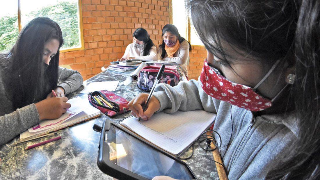 Un grupo de niñas usa dispositivos móviles para pasar clases virtuales. DICO SOLÍS