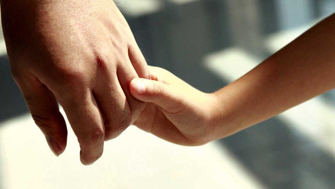 Imagen referencial sobre la adopción de niños. DOBLE LLAVE
