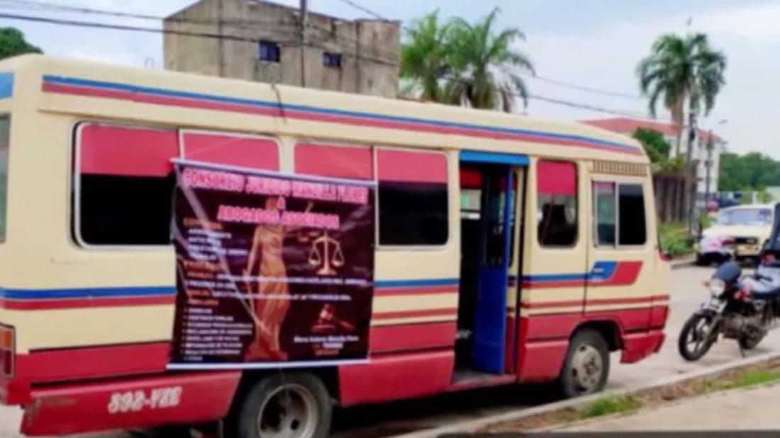 """Un autobús en Bolivia se convierte en """"oficina móvil"""" de asesoramiento legal. Foto: En hora buena PAT"""