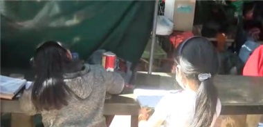 Menores pasan clases en un mercado