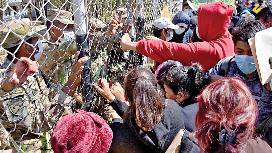 Padres de familia intentan ingresar al recinto de Cotapachi para exigir cupos. DICO SOLÍS