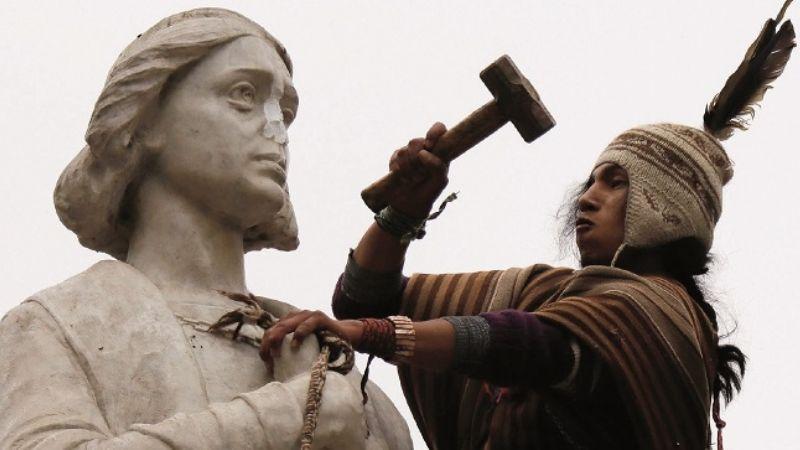 A combazos contra estatua de Colón; liberan a detenidos