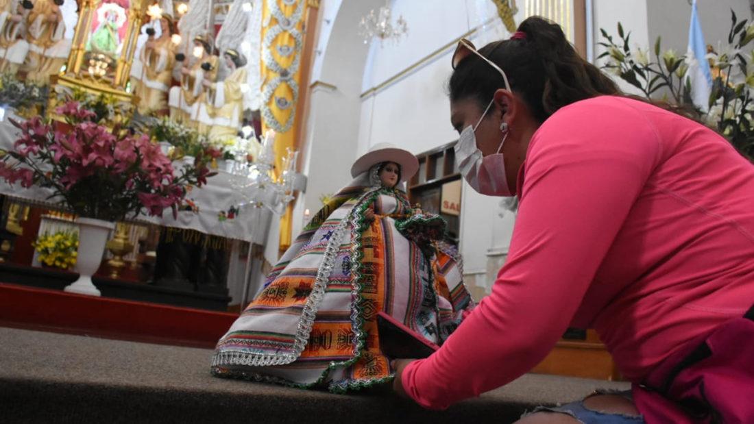 Una devota con la imagen de la Virgen de Urcupiña, en la parroquia de Quillacollo. ARCHIVO