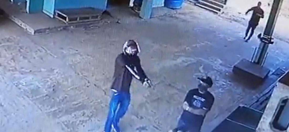 Delincuente apunta con su arma a la víctima
