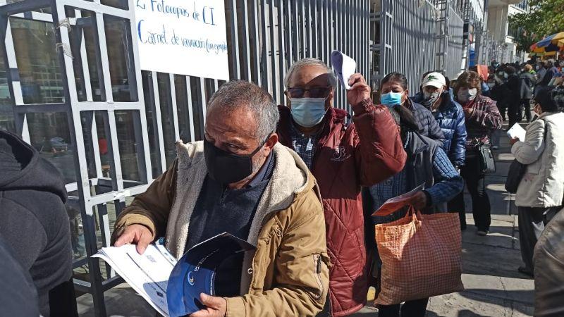 Se forman filas y hay protestas en La Paz por la falta de segundas dosis de Sputnik-V