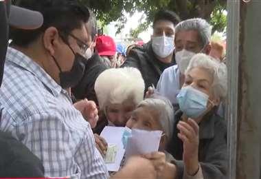 Personas de la tercera edad pedían ser vacunados