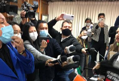 Camacho rinde informe en medio de griteríos en la Asamblea Legislativa Departamental   EL DEBER