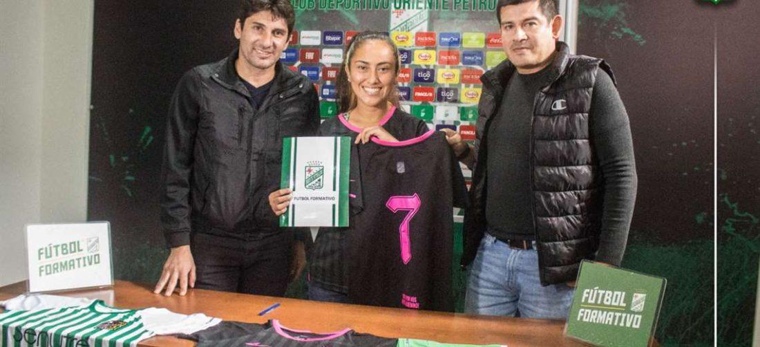 Ronald Rades, presidente de Oriente, con una de las jugadoras nuevas del equipo. Foto: OP