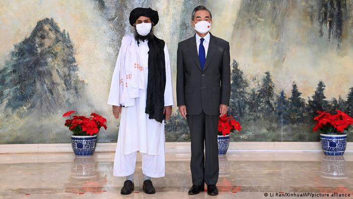 El mulá Abdul Ghani Baradar, uno de los fundadores de los talibán, junto al ministro chino de Exteriores, Wang Yi, el pasado 28 de julio en Tianjin.