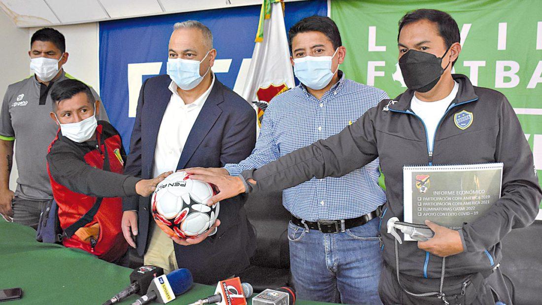 Los presidentes de los clubes Wilstermann, Aurora y Palmaflor muestran su compromiso de trabajo en favor del fútbol boliviano. NOÉ PORTUGAL