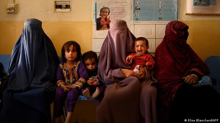 Mujeres y niñas en una clínica pediátrica de Dand, distrito afgano de Kandahar