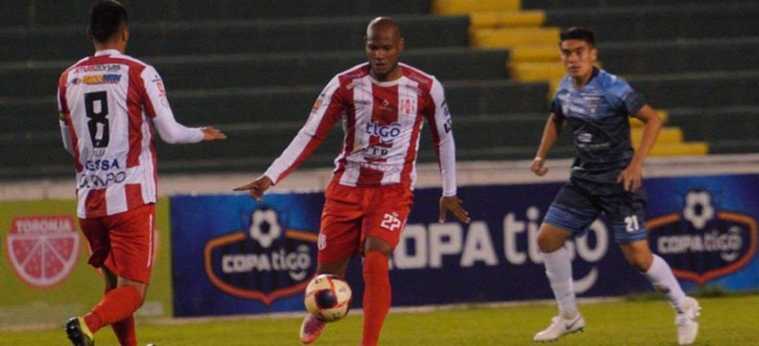 José Erik Correa (c.) hizo festejar a la hinchada de Independiente. Foto: APG Noticias