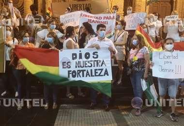 Varias personas se dieron cita en la catedral en Santa Cruz en solidaridad con Jeanine