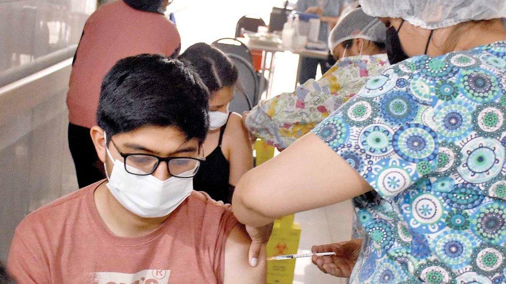 Una enfermera inyecta una dosis contra el coronavirus a un joven. DICO SOLÍS