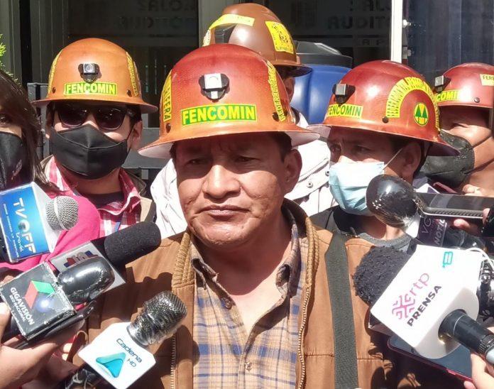 Al menos 60 mil mineros auríferos piden la renuncia del ministro Villavicencio