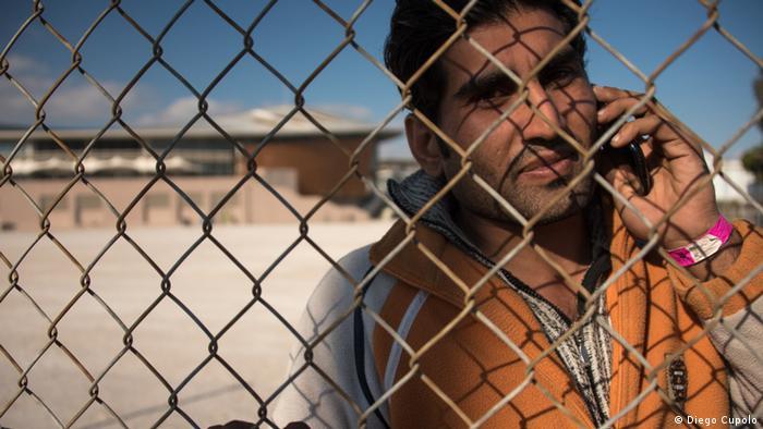 Guladin Ali, un peticionario de asilo afgano en un campo refugiados de Atenas. Aquí en diciembre de 2015