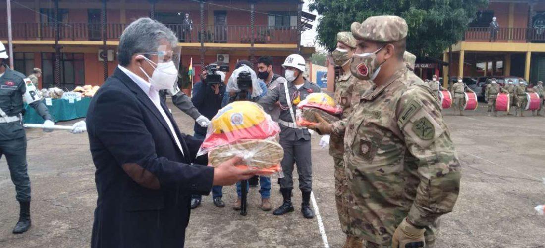 Ministro de defensa entrega equipamiento contra incendios a militares