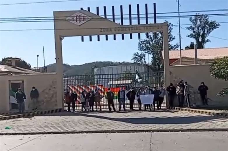 Las personas bloquearon la puerta de la distribuidora. Foto Franco Centellas