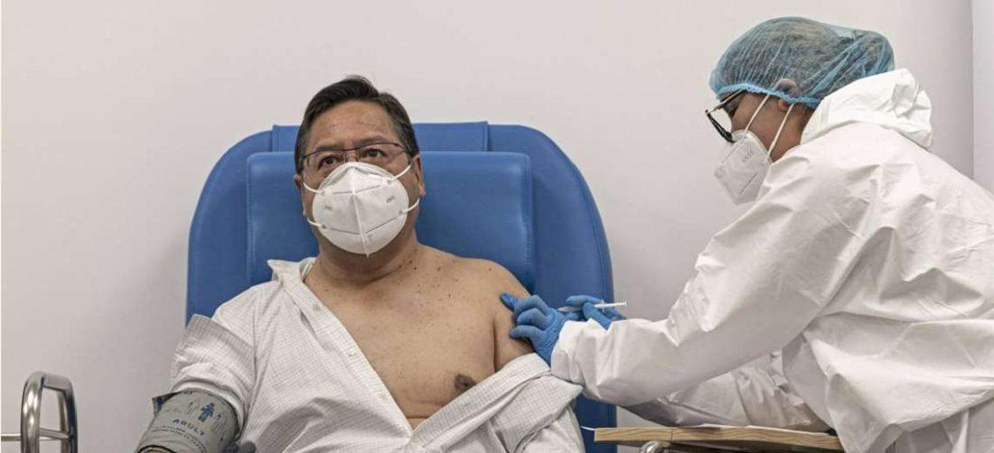 Arce recibió su primera dosis en El Alto. Foto: APG Noticias
