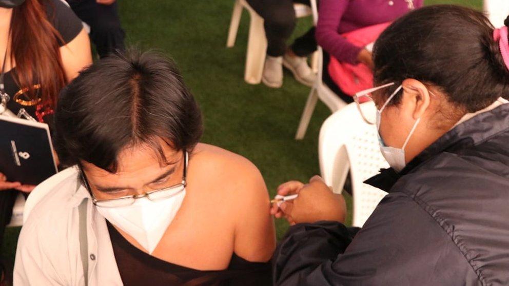 Una persona recibe una vacuna contra la COVID-19 en Quillacollo. GAMQ