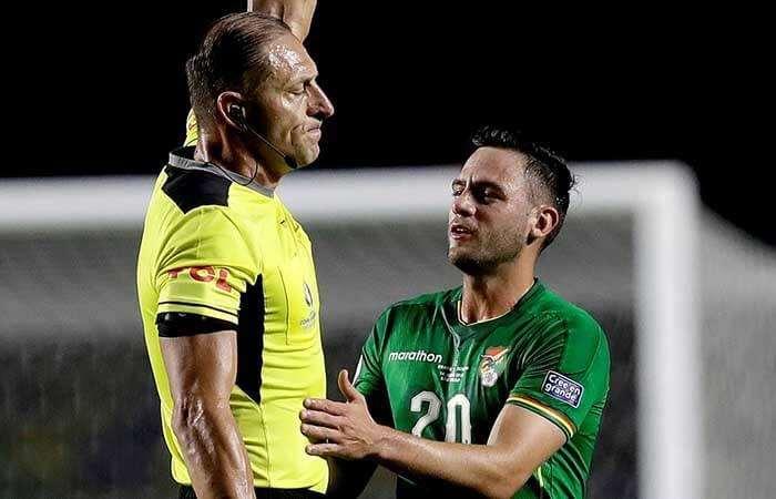 El reclamo de Saucedo al árbitro en un partido pasado de la selección. Foto: Internet