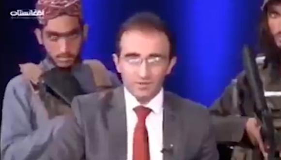 El periodista Mirwais Heidari Haqdoost rodeado de talibanes armados en Afganistán. (Captura de video).