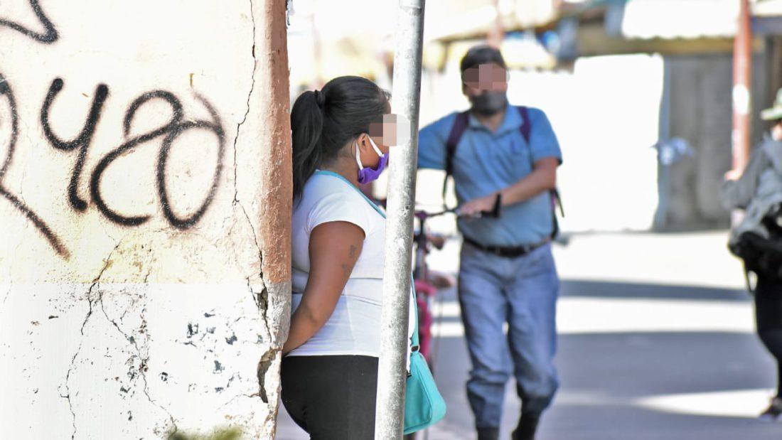 Una trabajadora sexual ofrece sus servicios en una céntrica calle de Cochabamba. DICO SOLÍS