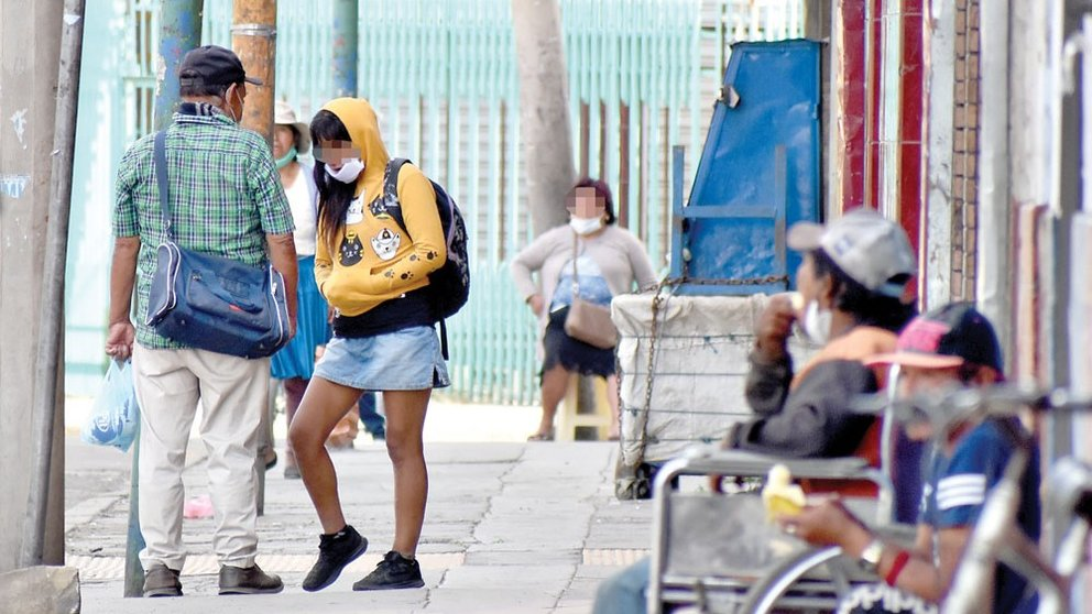 Una trabajadora sexual ofrece sus servicios en una avenida céntrica cochabambina. DICO SOLÍS