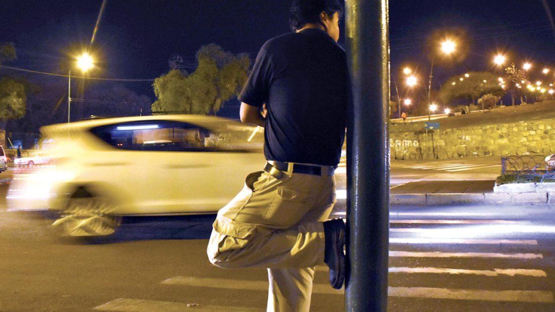 Un hombre apostado en la esquina de una calle céntrica de Cochabamba. ARCHIVO