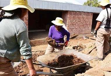 Mujeres realizando trabajos de construcción