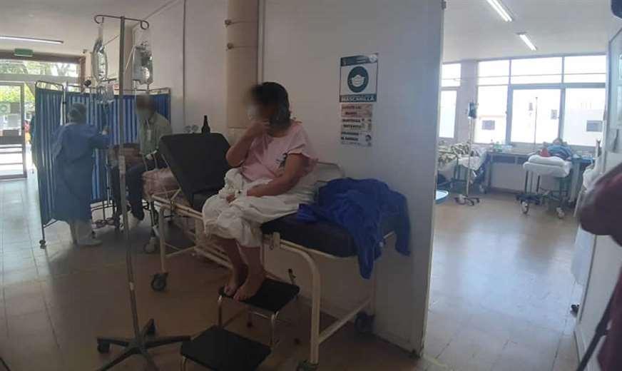 Los enfermos son atendidos en los pasillos / Foto: Rodolfo Orellana