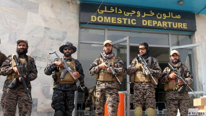Talibanes en el aeropuerto internacional Hamid Karzai de Kabul.
