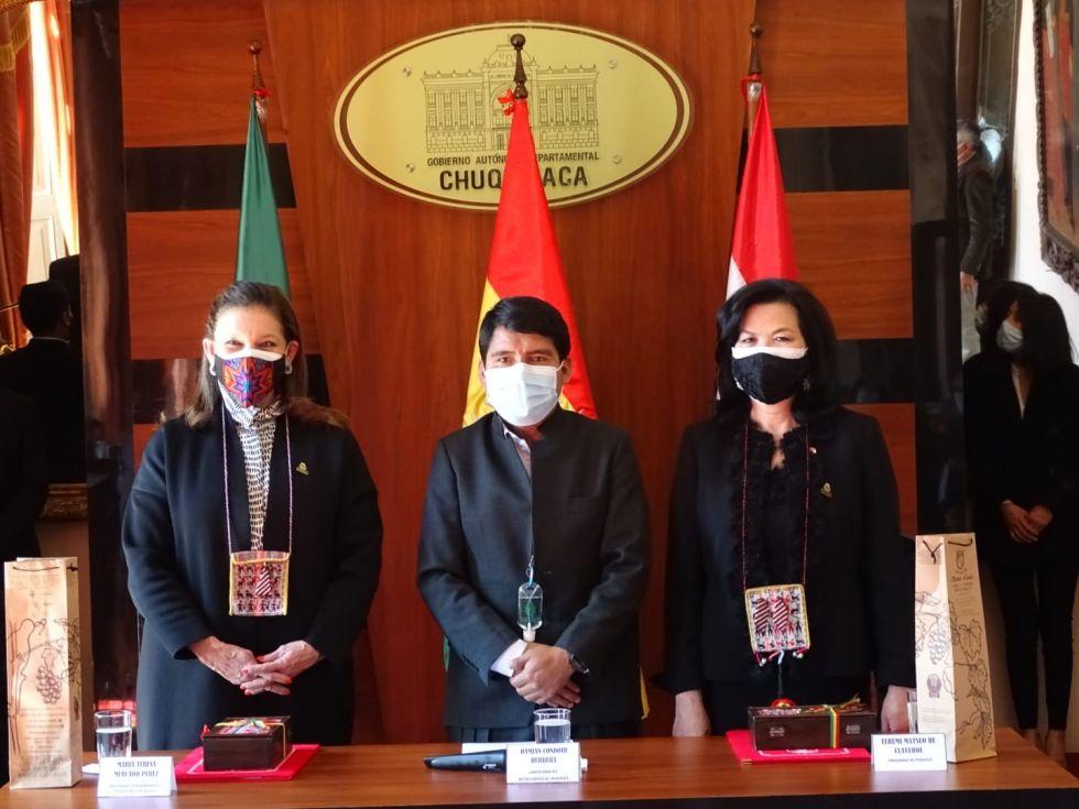 Las embajadoras María Teresa Mercado (i) y Terumi Matsuo de Claverol (d) con el gobernador Damián Condori.