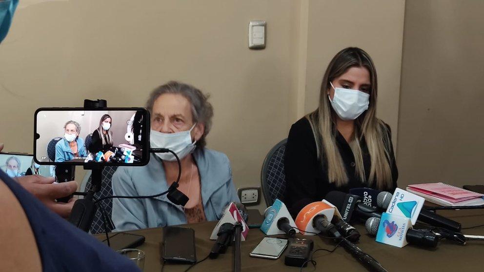La hija de la expresidenta del Gobierno Transitorio de Jeanine Áñez, Carolina Ribera, junto a la presidenta de la Asamblea Permanente de Derechos Humanos de Bolivia, Amparo Carvajal.
