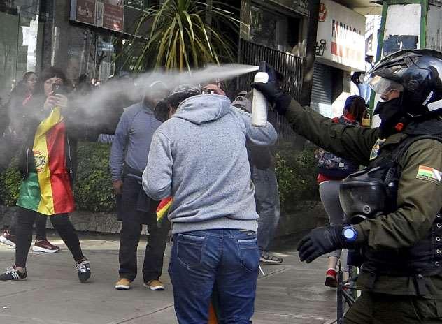 Los uniformados gasificaron a los bloqueadores y periodistas. Foto: APG NOTICIAS