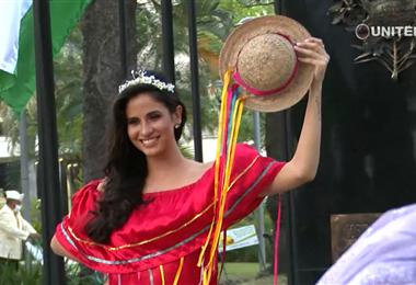 Carla Andrea Ortiz Roca es la nueva reina de Santa Cruz