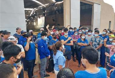Trabajadores de la fábrica manifestaron su preocupación / Foto: Brian Salazar