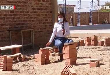 Estudiantes de Sipe Sipe usan maderas y ladrillos para pasar clases