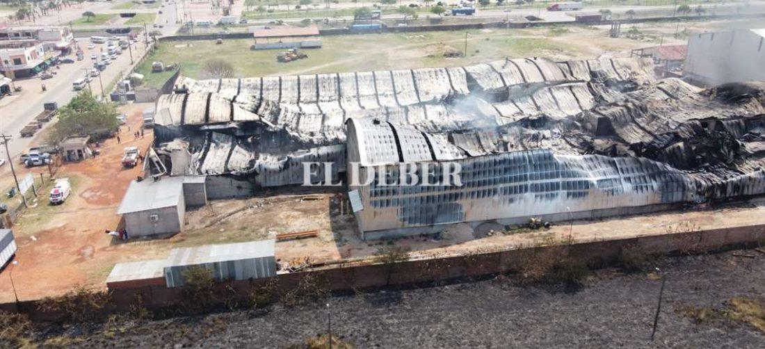 El fuego consumió casi la totalidad de la fabrica de colchones/Foto EL DEBER.