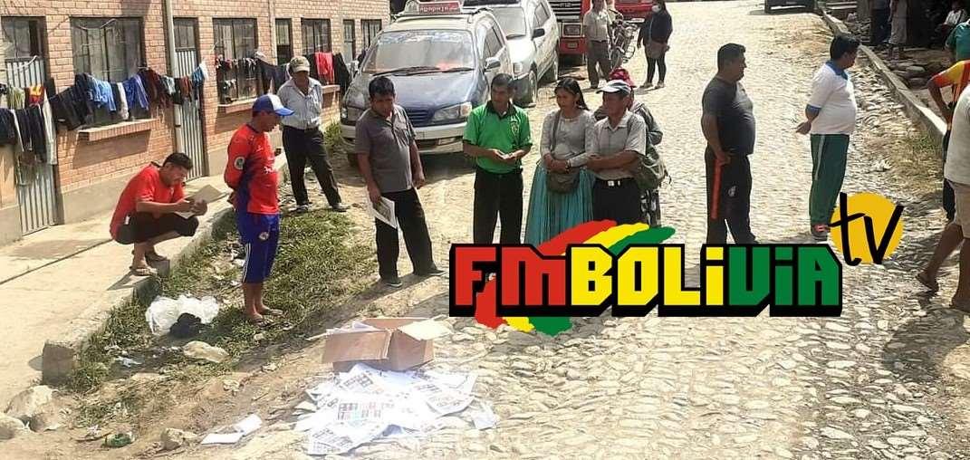 En la localidad de Arapata rompieron las urnas (foto: radio FM Bolivia)