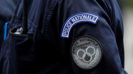 Policía antidisturbios arresta brutalmente a 2 mujeres durante las protestas contra el pase sanitario en París (VIDEO)