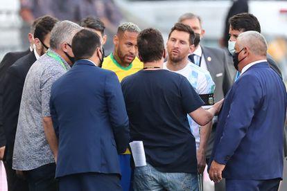 Neymar y Messi hablan con funcionarios de salud brasileños tras la interrupción del partido