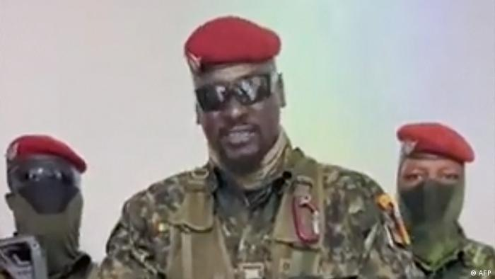 El coronel golpista Mamady Doumbouya se dirige a los guineanos.