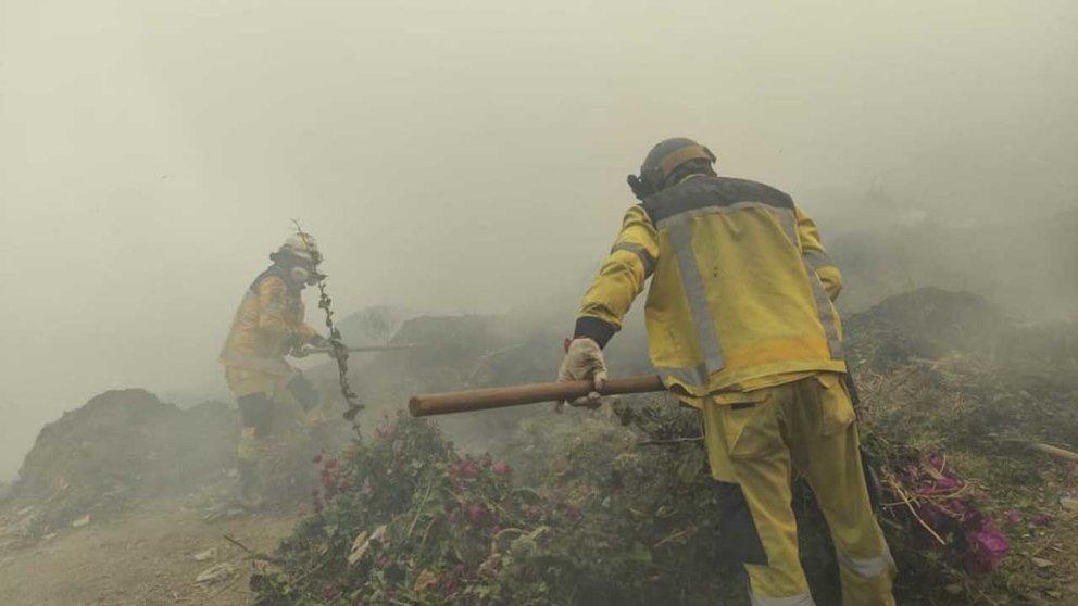 Rescatistas de GEOS en labor de sofocar un incendio. CORTESÍA GEOS.