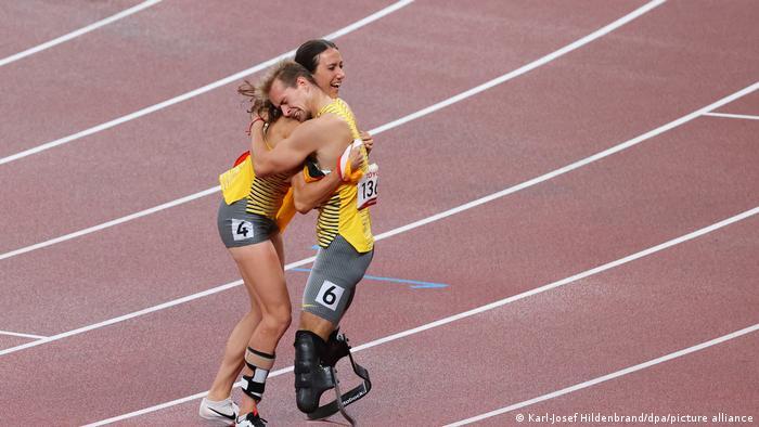 Los alemanes Johannes Floors y Irmgard Bensusan celebran su medalla de oro en 400 metros.
