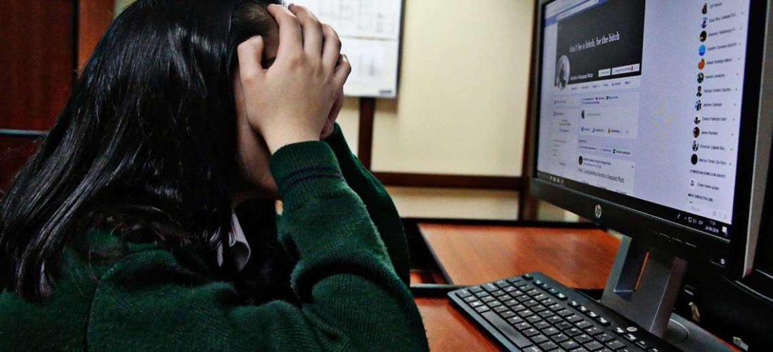 Menor de edad revisando RRSS (Foto descriptiva)