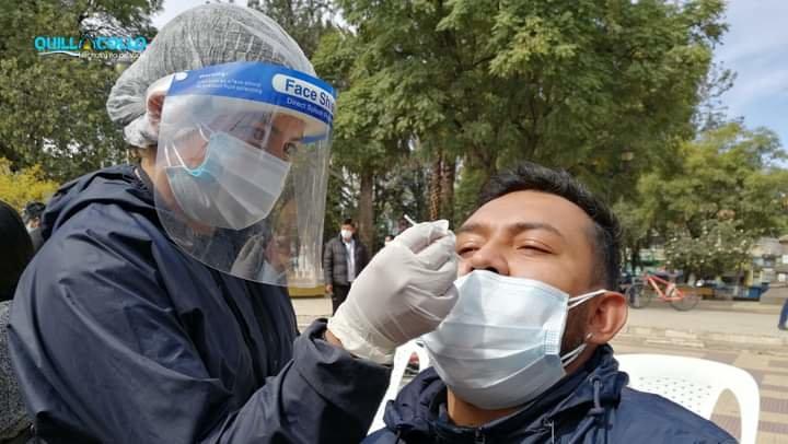 Personal de salud realiza una prueba antígeno nasal, en Quillacollo. GAMQ