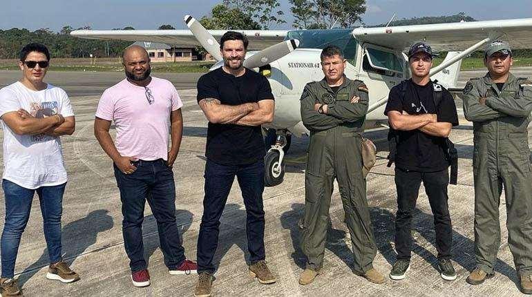 El actor argentino posa con la avioneta utilizada. foto: RR.SS.