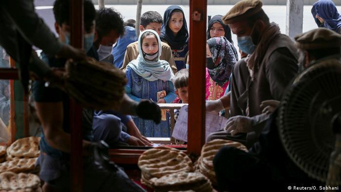 Distribución de pan a la población en Kabul en mayo de 2020.